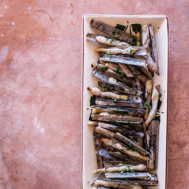 image: Minimalist food photography and styling #WHPMini . Less, more. These razor shell clambs speak for themselves. Mediterranean food is the best, no discussion ?•••Sí, lo sé, últimamente mis fotos y estilismo están de lo más minimalistas, todos tenemos... by carolina_ferrer_