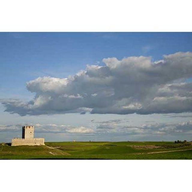 image: Me gusta conducir por #Castilla y ver en el horizonte # by nani_arenas