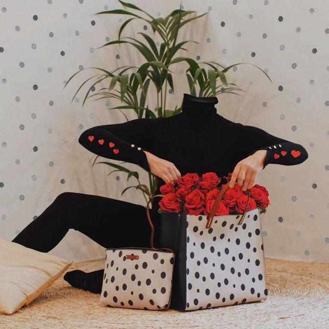image: #LoosingMyMind.~ UN AMORE A.....Quest'anno per San Valentino, il tuo regalo perfetto si chiama @manilagraceofficial;Un mazzo di rose ???? accompagnate dalla tua borsa che hai sempre sognato, come la classica #FeliciaTote.collab: @mariasantosphotog by pepedsgn