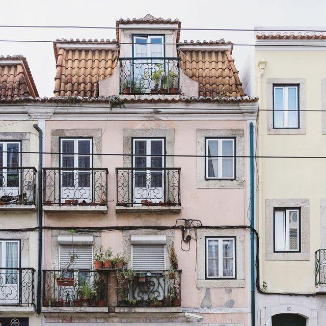 image: Las casitas de cuento de Lisboa. Esta además está enfrente de la pastelería más dulce de Belém. by misswinter