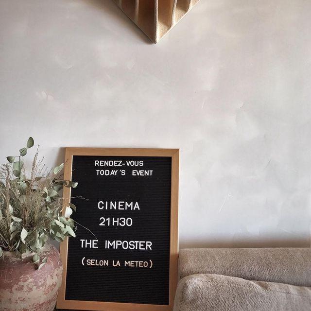 image: Ce soir c'était ciné en plein air face à la mer ! Je vous recommande ce film documentaire récompensé au #sundance il est ?? #theimposter #cinema #mespetitespaillettes #lesrochesrouges by mespetitespaillettes