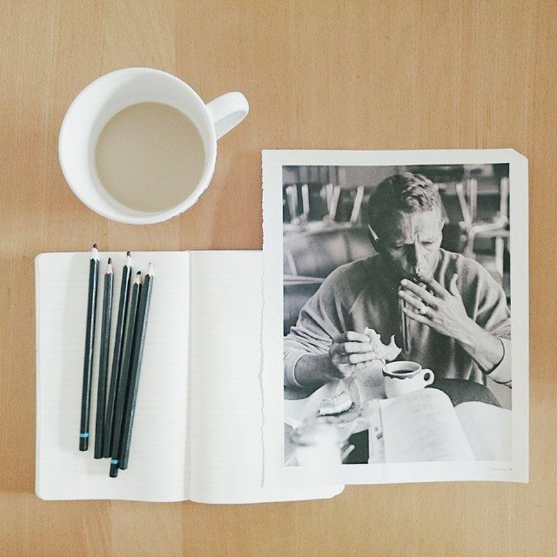 image: Este hombre lee, come y se chupa los dedos mientras ... by pilar_francoborrell