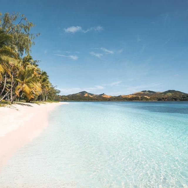 image: 🇫🇷 Cette vie en bleu turquoise nous convient parfaitement 💙 Petite journée sur l'île voisine de Nacula, un autre paradis des îles Fidji 🏝 Et encore une fois, sans le moindre touriste! Une plage que pour nous, le rêve 🙌🏻------------------------------🇬🇧... by escape_your_life
