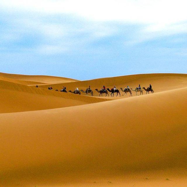 image: Cuando llega el calor nos llama la arena... aunque, en nuestro caso, es la del desierto, como ésta de Merzouga en Marruecos.PREGUNTA: ¿Eres más de arena de playa o de arena de desierto? by saltaconmigo