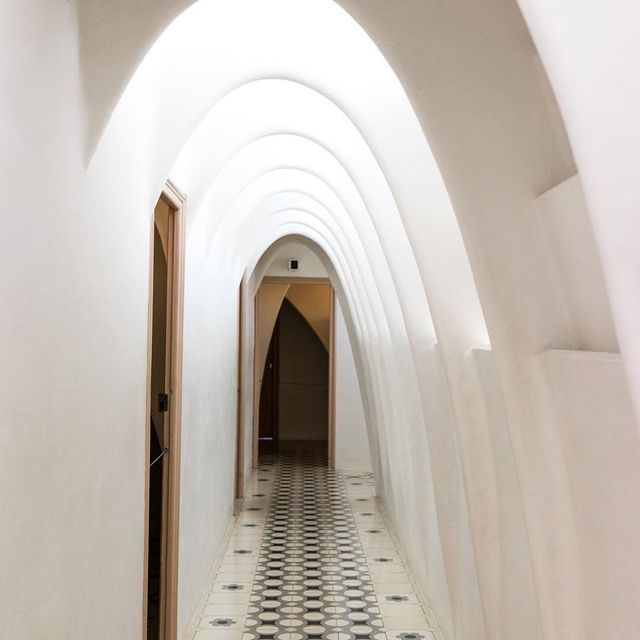 image: Un golpe de suerte hizo que pudiera fotografiar este pasillo sin gente. No era fácil, no. ? by misswinter