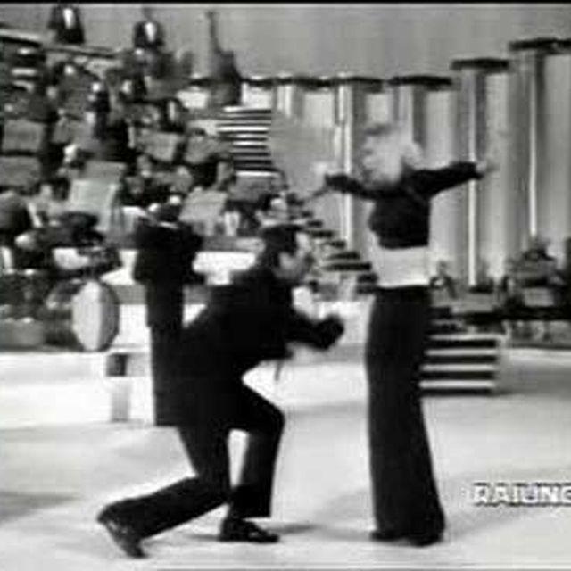 video: Raffaella Carrà - Tuca Tuca con Alberto Sordi by carla-d-la