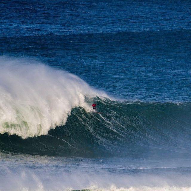 image: Viento, frio y olas gigantes... asi va mi último video junto a @indar . El link en mi perfil! 📷 @pacotwo by natxogonzalez
