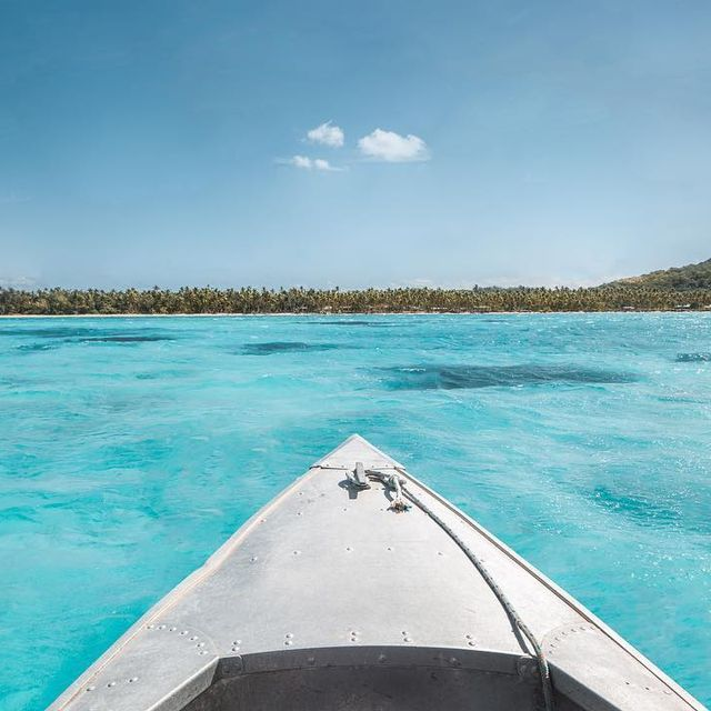 image: 🇫🇷 On a repris notre petit bateau à la découverte d'une nouvelle île! On vous emmène avec nous? 🚣🏽🏝------------------------------🇬🇧 Sailing out to discover another island! Do you want to join us? 🚣🏽🏝 by escape_your_life