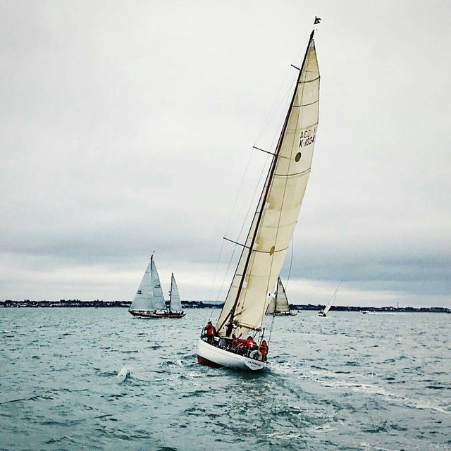 image: We were sailing out on the Solent this weekend with @yachtracenews we saw so many different classes and types of boat racing for Bart's Bach, amazing ?..? sent to us by @heloiselnt by sailing_boats