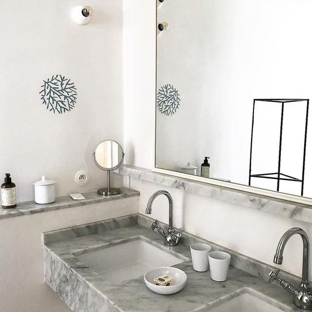 image: / bathroom ?/ je rêve d'avoir la même ! Mix marbre et béton, fonctionnelle ! #deco #inspiration #salledebain #lesrochesrouges #hotel #mespetitespaillettes #photographer by mespetitespaillettes