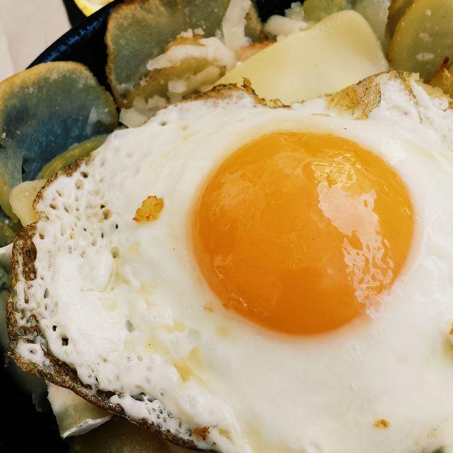 image: Cazuelita de huevo frito con patatas a lo pobre y queso by toni_ficada