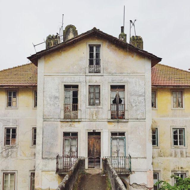 image: Camino de los palacios más conocidos de Sintra nos quedamos asombrados a las puertas de esta casa que parece sacada de una peli de misterio ¿quién vivirá allí? ? by misswinter