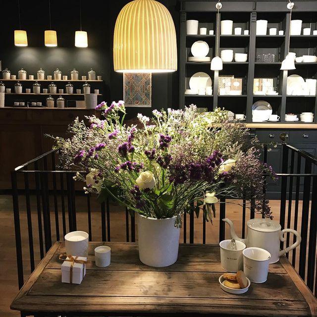image: Chez @alix.d.reynis sa boutique est tellement jolie ⭐️#alixdreynis #porcelaine #limoges #bonneadresse #mespetitespaillettes #paris #decoration #friends by mespetitespaillettes