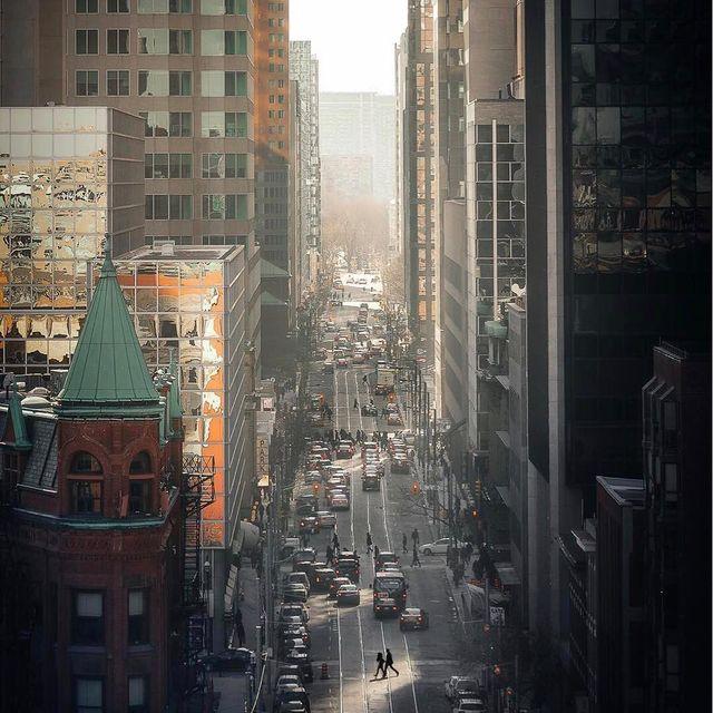image: ????♀️. .. . .#toronto #streetsoftoronto #streetshared #agameoftones #6ixwalks #imagesofcanada#way2ill #urbangathering #cbviews #curiocityTO #theimaged #rsa_streetview #nse_urban #depthsofearth  #urbanandstreet #cityscape #Citykillerz #createcommune by mindzeye