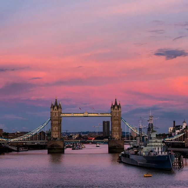 image: Enamorados de Londres a cada paso que damos. JAAC tenía miedo de que, después de haber oído tantas cosas, le decepcionara... pero está encantado con todo.PREGUNTA: ¿Cuál ha sido el ultimo lugar que te ha conquistado?Por cierto, podéis ver en Facebook... by saltaconmigo