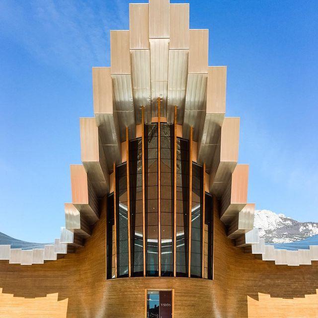image: En nuestra ruta de arquitectura y vino visitamos también las bodegas Ysios, cuyo edificio es obra de Santiago Calatrava ? by misswinter