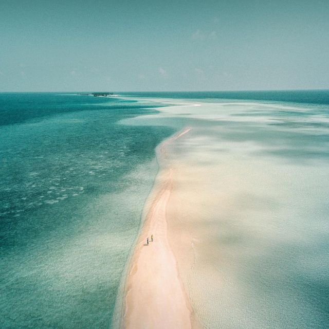 image: Walking on the sandbank into the endless turquoise ocean 🏖 by iwwm