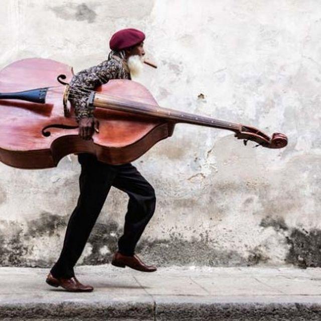 image: street musician by tempelhof